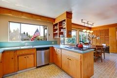 Sitio de la cocina con los tops del color de la menta Imagen de archivo libre de regalías