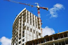 Sitio de la construcción con la grúa en el cielo azul Fotos de archivo libres de regalías