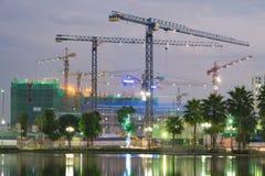 Sitio de la construcción de edificios por un lago en Hanoi, Vietnam fotos de archivo