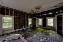 Sitio de la esquina con las paredes y los pernos prisioneros pelados - centro turístico de montaña abandonado de Catskills Foto de archivo