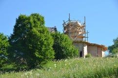Sitio de la iglesia en la colina Foto de archivo libre de regalías