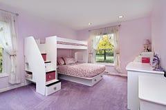 Sitio de la muchacha con la cama de cucheta Fotografía de archivo