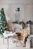 Sitio de la Navidad con la silla y la tabla de madera adornadas Imágenes de archivo libres de regalías