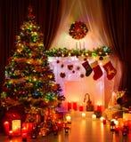 Sitio de la Navidad e iluminación del árbol de Navidad, chimenea interior mágica foto de archivo