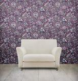 Sitio de la vendimia con el sofá blanco Imagen de archivo