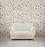 Sitio de la vendimia con el sofá blanco Foto de archivo libre de regalías