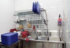 Sitio de lavado del plato en un restaurante Fotos de archivo