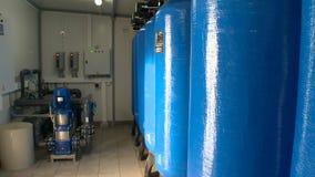 Sitio de limpieza de la filtración del agua con los cilindros de los tanques de agua almacen de video