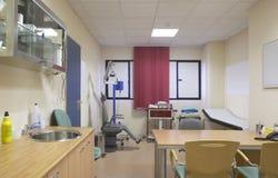Sitio de médico de hospital con el equipamiento médico. Foto de archivo libre de regalías