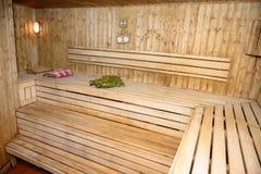Sitio de madera de la casa del baño con la hierba y la toalla de escoba Foto de archivo libre de regalías