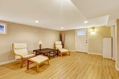 Sitio de marfil suave con muebles simples con todo prácticos Foto de archivo libre de regalías