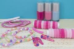 Sitio de niña del adolescente, lugar para el maquillaje en casa Un grupo de botellas coloridas del esmalte de uñas, cintas del pe Imágenes de archivo libres de regalías