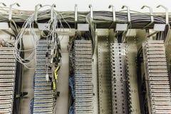 Sitio de servidor de red, cables e interruptores interiores, enchufe de la conexión de red imagen de archivo libre de regalías