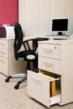 Sitio de trabajo con un ordenador Foto de archivo libre de regalías