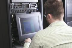 Sitio de Working In Server del ingeniero de la red Foto de archivo