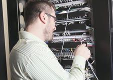 Sitio de Working In Server del ingeniero de la red Imágenes de archivo libres de regalías