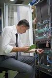 Sitio de Working In Server del ingeniero de la red Imagen de archivo libre de regalías