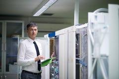 Sitio de Working In Server del ingeniero de la red Imagenes de archivo