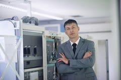 Sitio de Working In Server del ingeniero de la red Fotografía de archivo libre de regalías