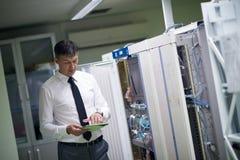Sitio de Working In Server del ingeniero de la red Fotografía de archivo