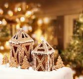 Sitio del árbol de navidad de las cabañas de las galletas del pan de jengibre Imagen de archivo