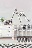 Sitio del bebé con la decoración de la pared fotografía de archivo libre de regalías