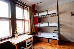 Sitio del dormitorio del parador barato con las camas llanas Fotografía de archivo