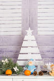 Sitio del interior del ` s del Año Nuevo El árbol de navidad adornado con los globos coloridos y los regalos mienten en el piso B Fotografía de archivo