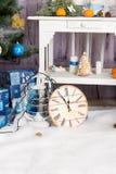 Sitio del interior del ` s del Año Nuevo El árbol de navidad adornado con los globos coloridos y los regalos mienten en el piso B Imagen de archivo libre de regalías