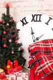 Sitio del interior del ` s del Año Nuevo El árbol de navidad adornado con los globos coloridos y los regalos mienten en el piso B Fotografía de archivo libre de regalías