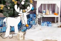Sitio del interior del ` s del Año Nuevo El árbol de navidad adornado con los globos coloridos y los regalos mienten en el piso B Imágenes de archivo libres de regalías