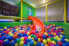 Sitio del juego con las bolas coloridas en el hotel Imagenes de archivo