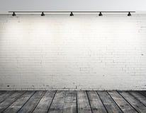 Sitio del ladrillo con la lámpara del techo imagenes de archivo