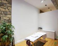 Sitio del masaje con la tabla del masaje Fotografía de archivo