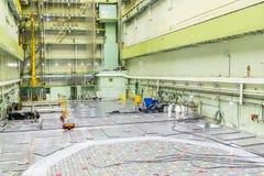 Sitio del reactor Tapa del reactor nuclear, mantenimiento de equipo y reemplazo de los elementos combustibles del reactor imágenes de archivo libres de regalías