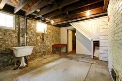 Sitio del sótano con las paredes de piedra del ajuste Imágenes de archivo libres de regalías