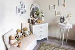 Sitio del ` s de los niños con el pecho de los osos del juguete de la felpa de los cajones, espejo imagen de archivo