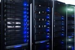 Sitio del servidor en centro de datos por completo de equipo de telecomunicación Red del web, tecnología de la telecomunicación d libre illustration
