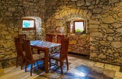 Sitio dinning elegante con madera y la piedra Imagenes de archivo
