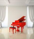 Sitio en estilo clásico con el piano rojo Imágenes de archivo libres de regalías