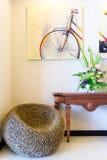 Sitio en hogar de lujo con muebles de mimbre Foto de archivo libre de regalías