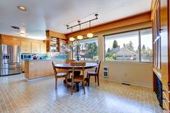 Sitio espacioso de la cocina con la mesa de comedor redonda Fotos de archivo