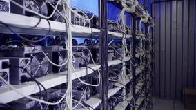 Sitio especial con diez de granjas que minan cryptocurrency durante proceso de trabajo almacen de video