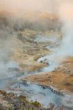 Sitio geológico de ebullición de la cala caliente volcánica cerca de los lagos gigantescos en una mañana del invierno imagen de archivo libre de regalías