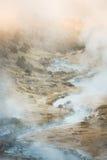 Sitio geológico de ebullición de la cala caliente volcánica cerca de los lagos gigantescos en una mañana del invierno fotos de archivo