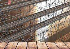 Sitio grande con el estante de madera con el andamio 3D ilustración del vector