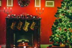 Sitio hermoso de Año Nuevo con el árbol de navidad adornado Imagenes de archivo