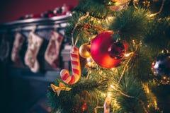 Sitio hermoso de Año Nuevo con el árbol de navidad adornado Foto de archivo libre de regalías