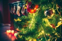 Sitio hermoso de Año Nuevo con el árbol de navidad adornado Foto de archivo
