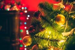 Sitio hermoso de Año Nuevo con el árbol de navidad adornado Fotos de archivo